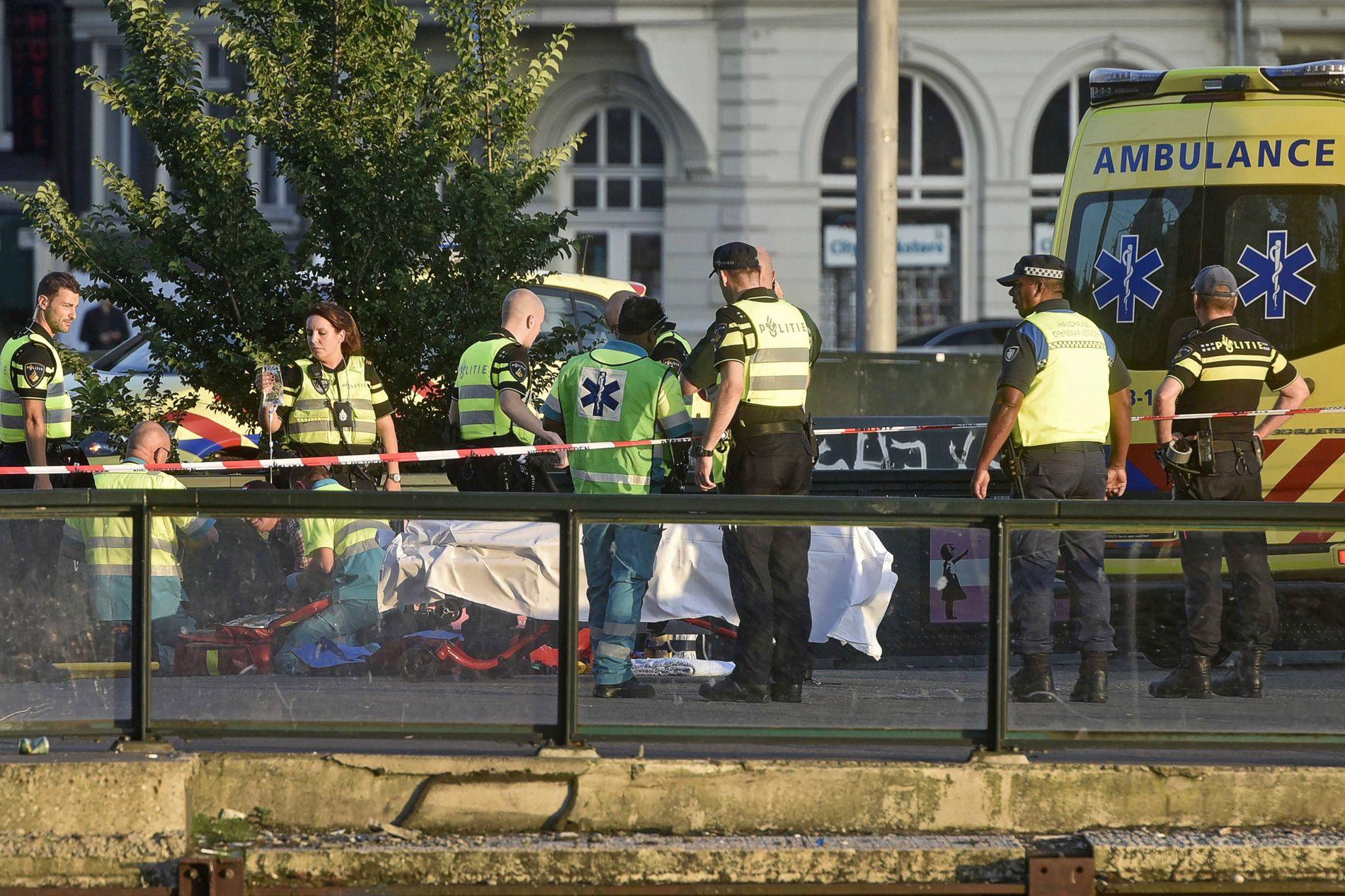 KJØRTE PÅ FOTGJENGERE: Politiet undersøker området utenfor togstasjonen i Amsterdam der minst åtte personer ble påkjørt lørdag.