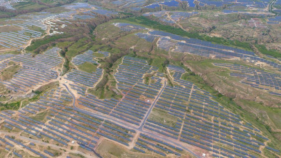STORE PLANER: Saudi-Arabia og japanske Softbank vil bygge ut opptil 200.000 megawatt saudisk solkraft, og bidra til å skape nye ben i landets oljetunge næringsliv. Bildet viser en av verdens største solparker, kinesiske Panda Green Energys Datong-prosjekt på 1000 megawatt.