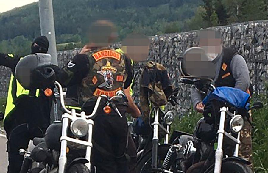 TATT TIL SIDE: Her står noen av Bandidos-medlemmene ved motorsyklene sine under kontrollen til Utrykningspolitiet (UP) på Minnesund i Akershus, fredag 7. juni.