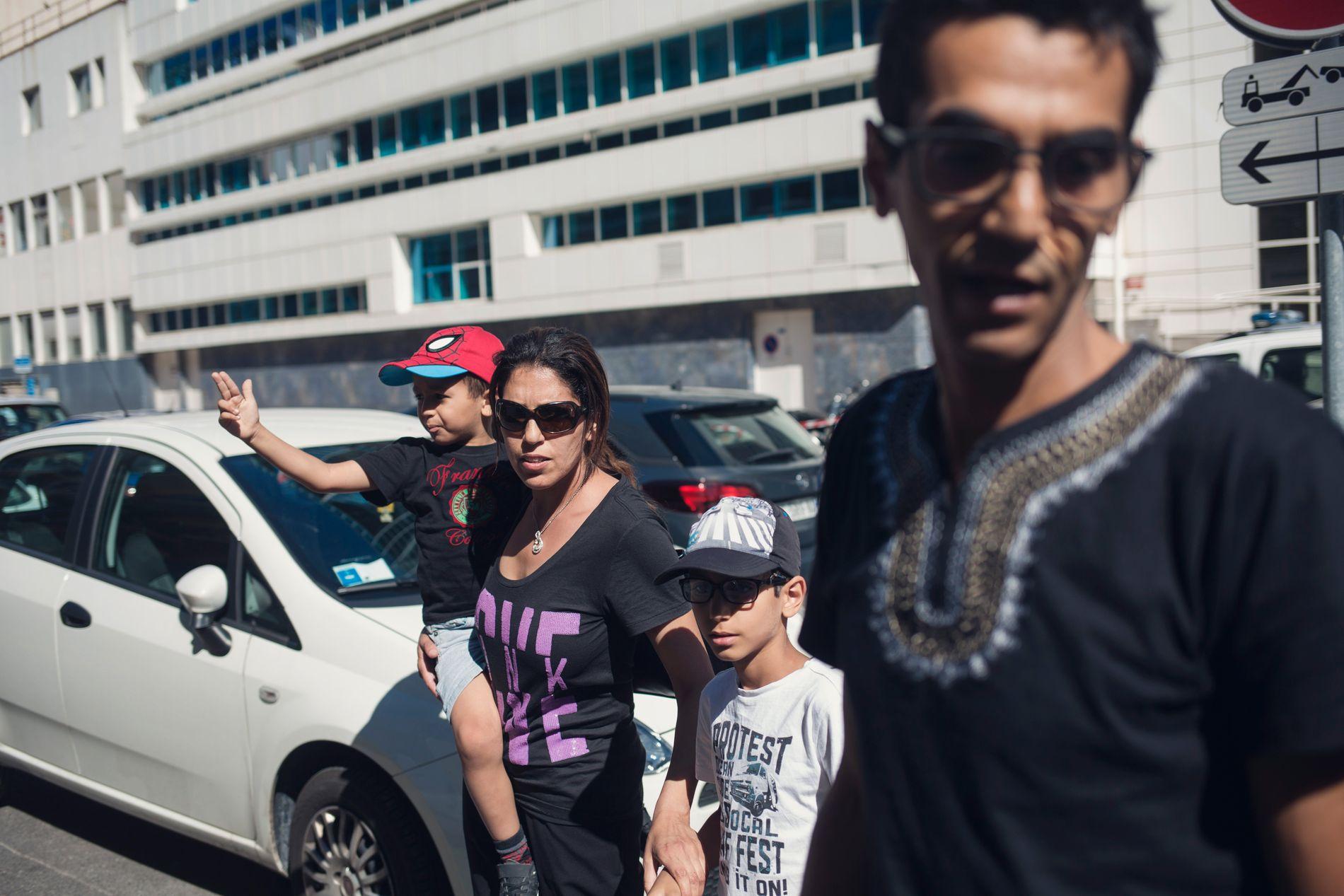 BESØKTE FAMILIEN: Familien med mor Amal Beskiri og far Hassan Habily er i slekt med Ashadi-familien som mistet sønnen sin i angrepet. Tvillingsøsteren holdt lørdag på å våkne fra koma.