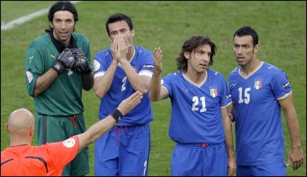 EU-STØTTE: Italias Fabio Quagliarella (f. h.), Andrea Pirlo, Christian Panucci og Gianluigi Buffon får penger fra uventet hold. Foto: AP