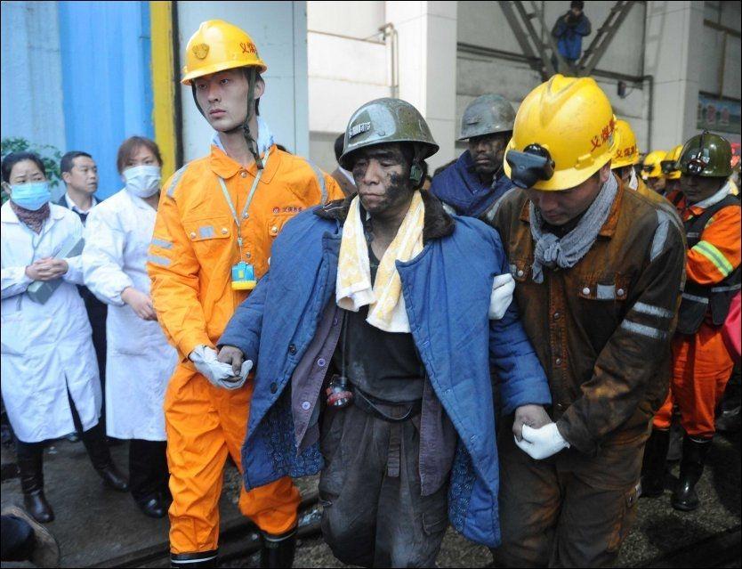 REDDET: En gruvearbeider blir reddet ut av kullgruven etter å ha vært innesperret i mer den 30 timer. Foto: AP