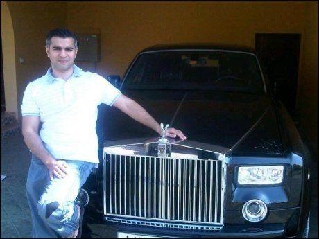 ROLLS ROYCE: Her poserer Umar Farooq Zahoor foran en Rolls Royce som Sonia Rashid hevder han kjøpte etter bedrageriet mot Nordea i 2010. Foto: PRIVAT
