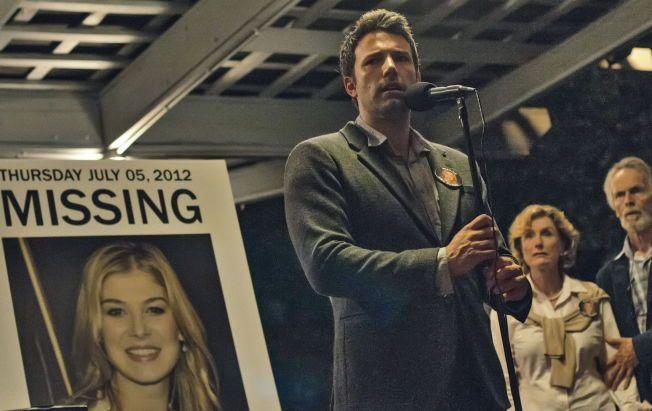 SAVNET: Ben Affleck i rollen som bekymret, men nokså rufsete ektemann ved siden av bilde av sin savnede kone, spilt av Rosamund Pike.