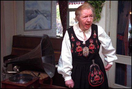 DØD: Olga Marie Mikalsen sto selv for den kunstneriske underholdningen da hennes 80 års dag ble feiret på Sagenehjemmet i Oslo i 1995. Foto: SCANPIX.