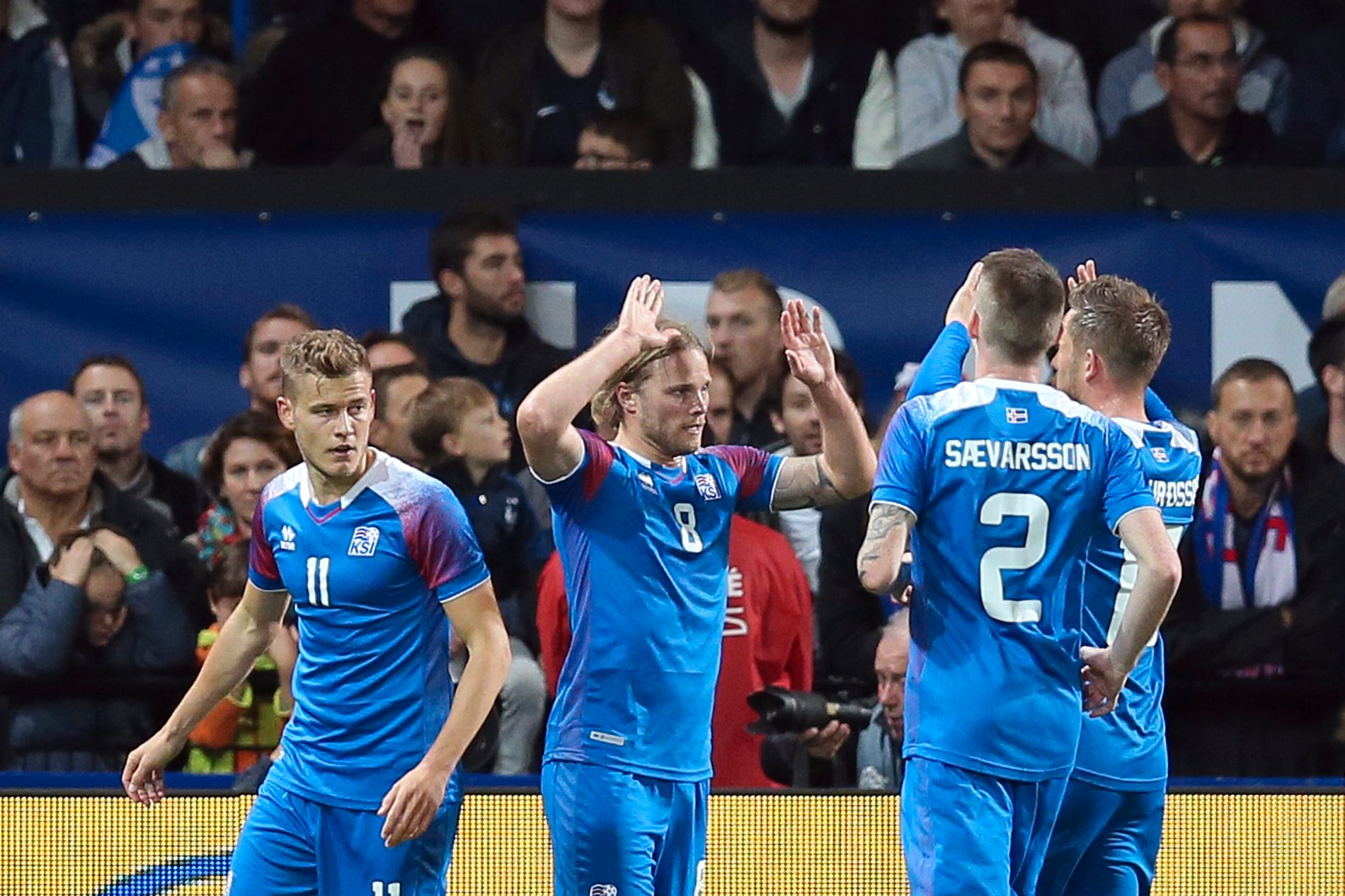 Birkir Bjarnason feirer det første islandske målet i Guingamp, der franskmennene til slutt reddet uavgjort rett før slutt.