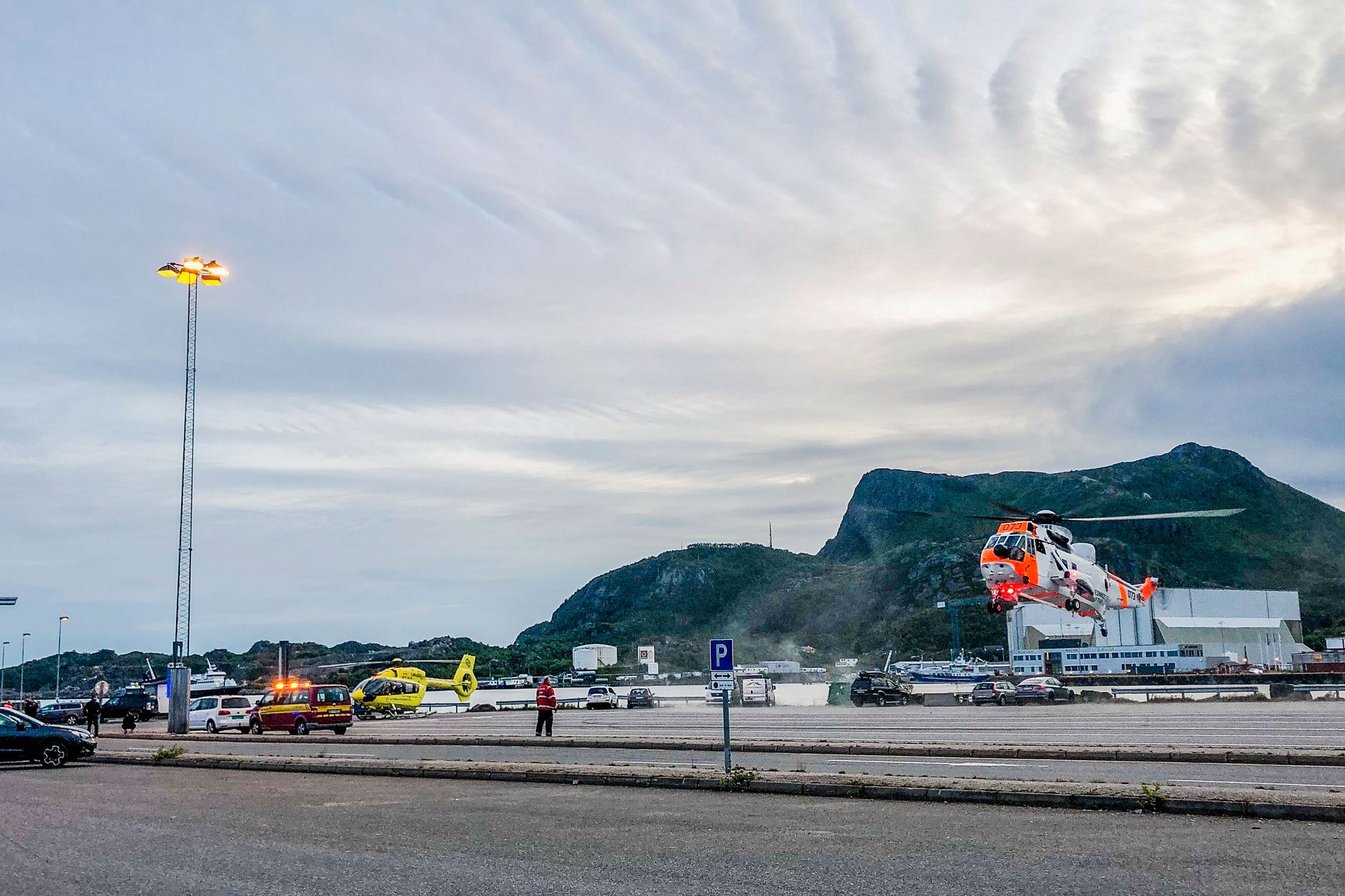 STOR REDNINGSAKSJON: Nødetatene rykket ut til fergekaien i Svolvær like etter klokken 20.