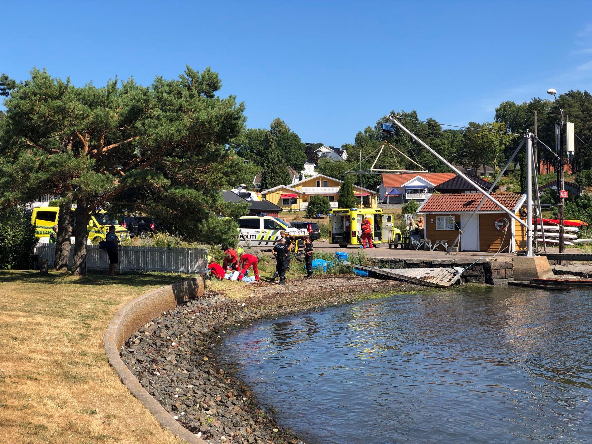 PÅ BADEPLASS: Politi og ambulanse er på stedet etter drukningsulykken på Nøtterøy.