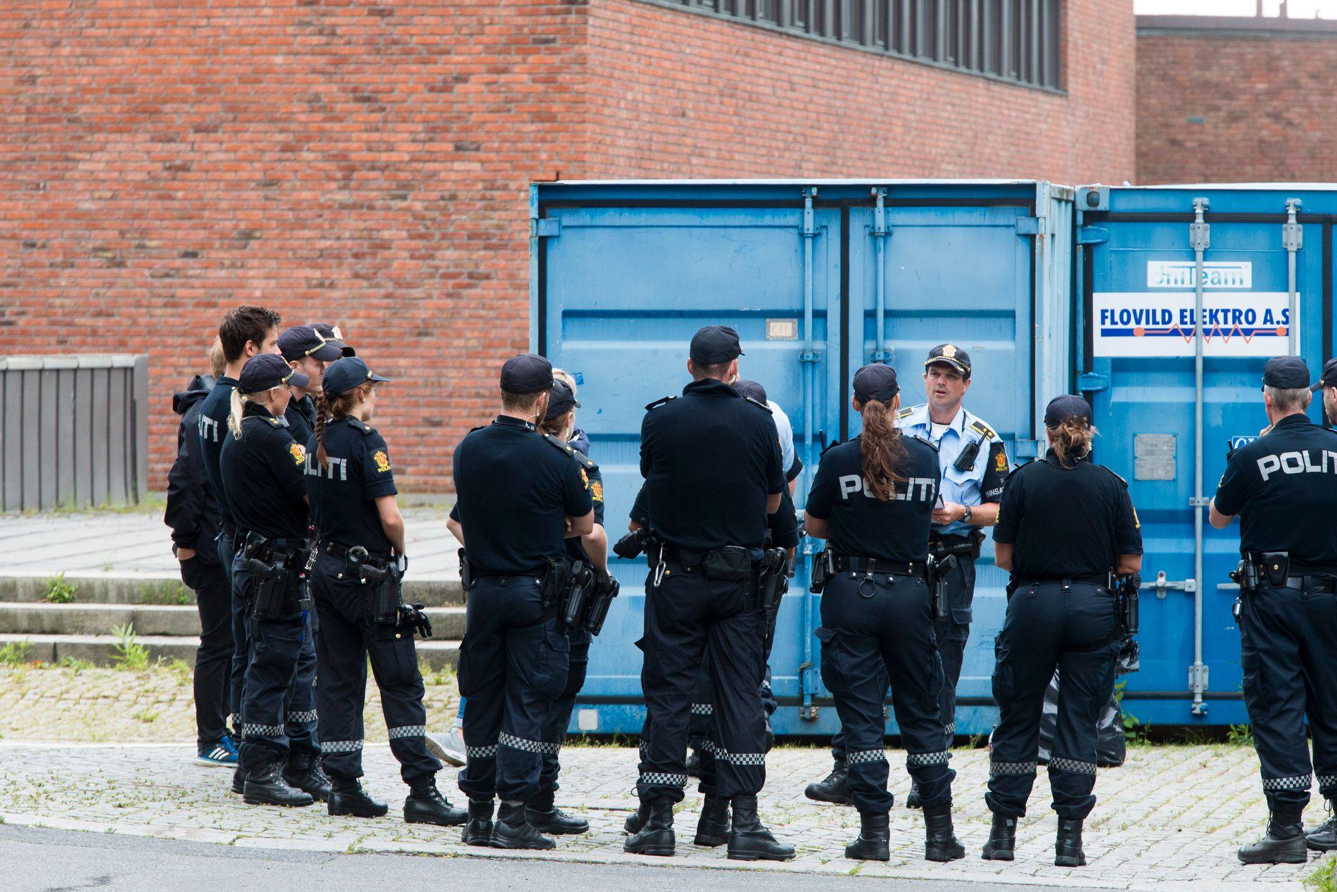 PÅ STEDET: Politiet rykket ut med store mannskaper 5. august i fjor etter melding om skyting og en mulig bombe på Universitet i Oslo på Blindern i Oslo. Her gis det informasjon til et politilag.