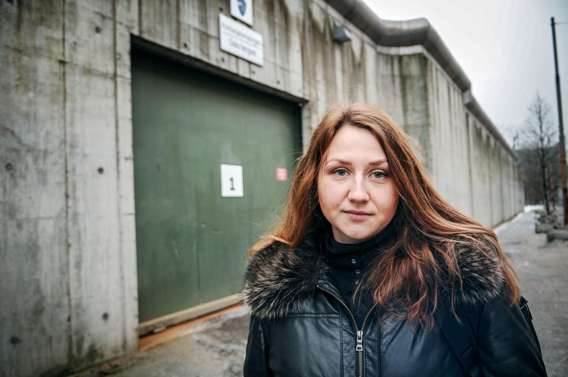 BESØKER FENGSLER: Anastasia Garina er russisk jurist, tidligere politietterforsker og sitter i den offentlige Overvåkningskommisjonen for fengsler i Russland. Her er hun fotografert utenfor Oslo fengsel.