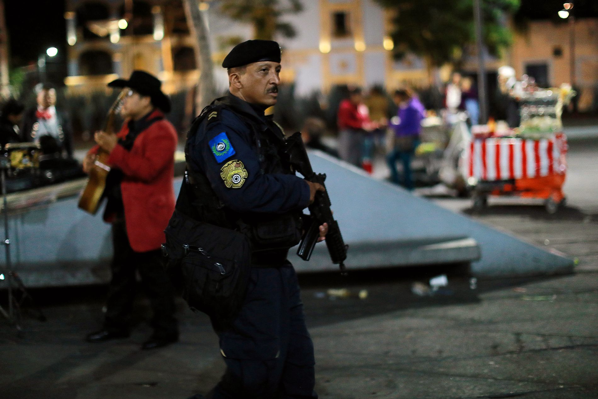 ÅSTED: En politimann patruljerer området ved Plaza Garibaldi i Mexico, der flere ukjente menn åpnet ild fredag.