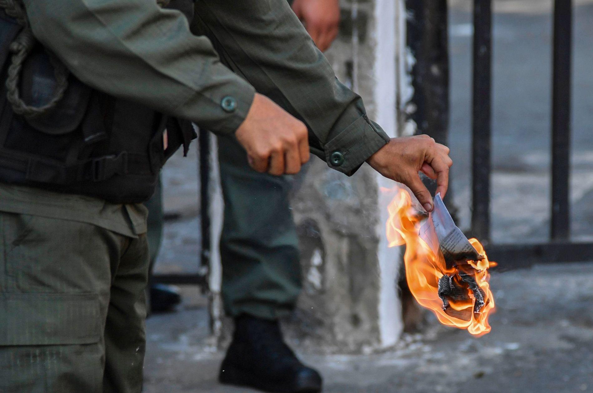 BRENNBART: En soldat brenner et eksemplar av den såkalte amnestiloven.