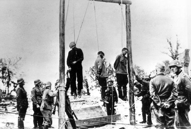 OVERGREP: Sivile menn drept av SS-soldater på Østfronten under andre verdenskrig. Rundt 300 norske frontkjempere deltok i de tyske avdelingene ved invasjonen.