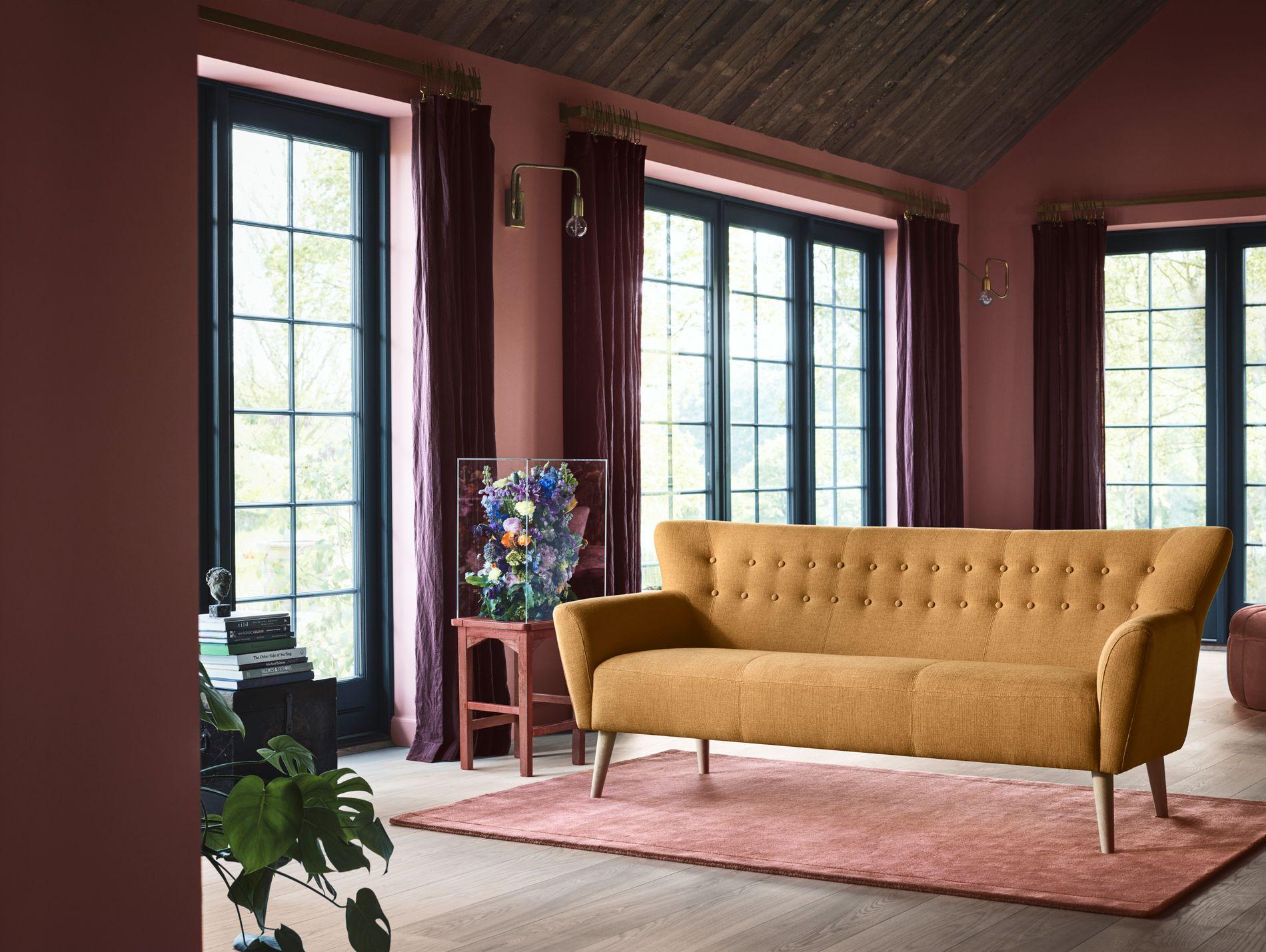 LITE LYSPUNKT: Sofaen Ellen har et oppdatert retropreg over seg, særlig  i denne herlige okergule fargen. Kr 6999.
