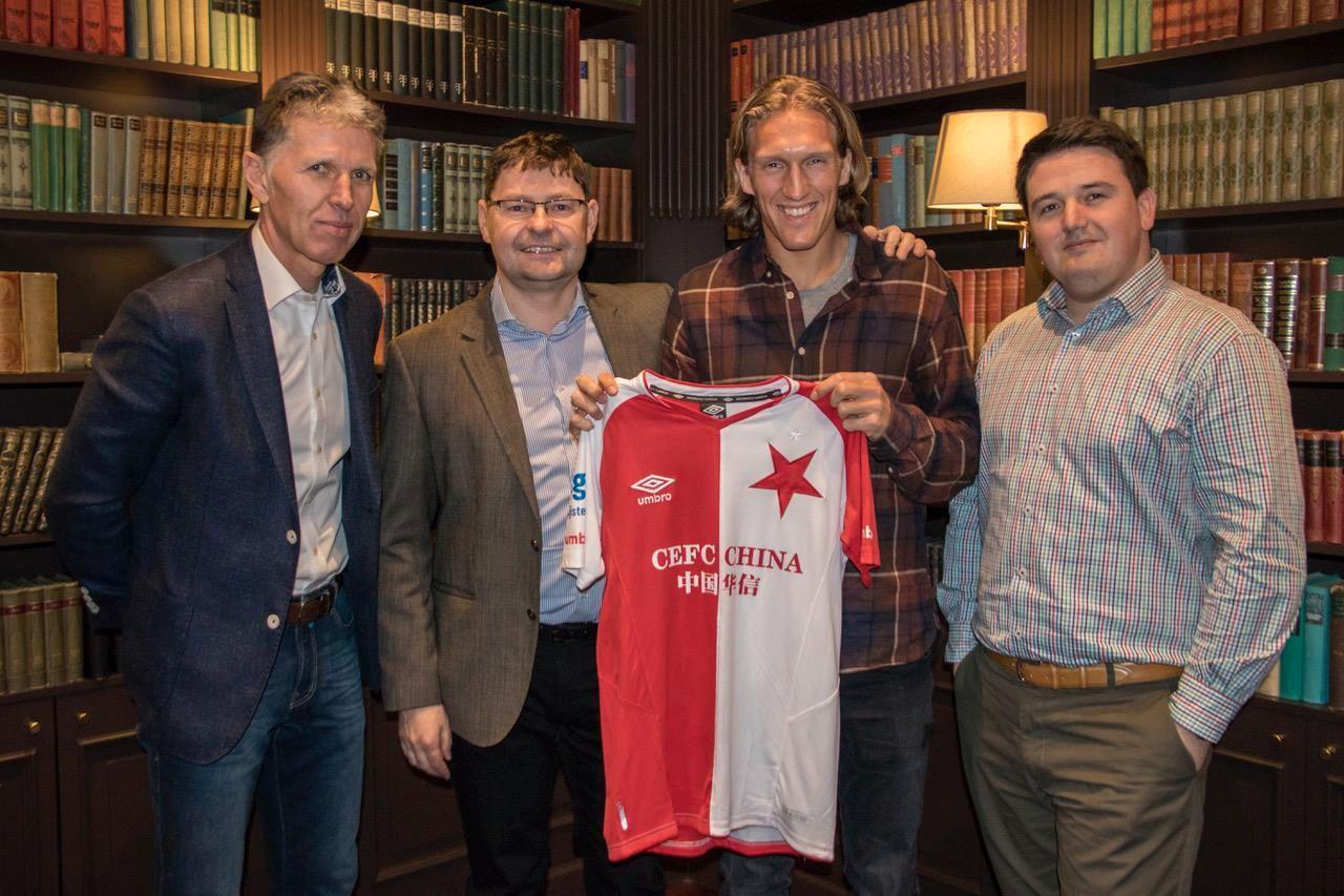 PRESENTERT: Per-Egil Flo ble onsdag presentert som Slavia Praha-spiller. Her er nordmannen sammen med representanter fra klubben.