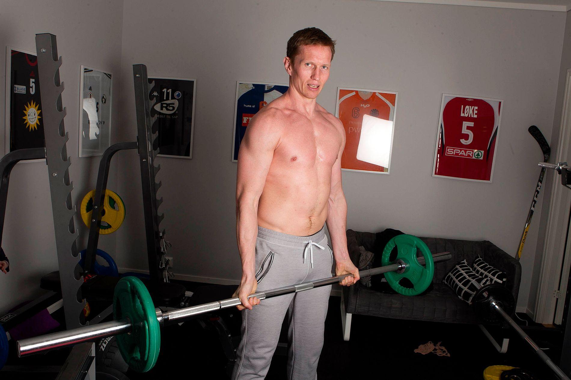 TRENER HARDT: Frank Løke er ikke veldig redd for å kaste skjorta. Spesielt ikke når han befinner seg i sitt eget treningsrom.