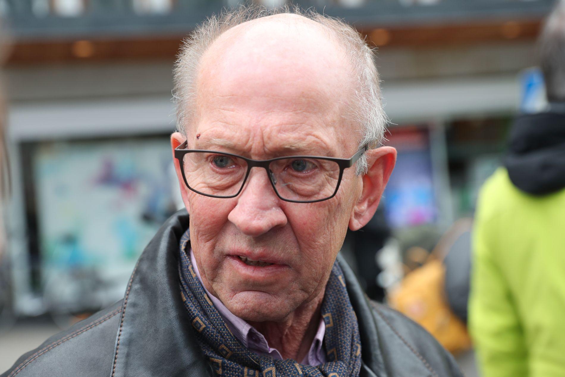 LA NED BLOMSTER: Sune Alsgren forteller til VG at han er i Stockholm for å vise solidaritet og omtanke med dem som ble rammet av gårsdagens terrorangrep. Foto: HALLGEIR VÅGENES