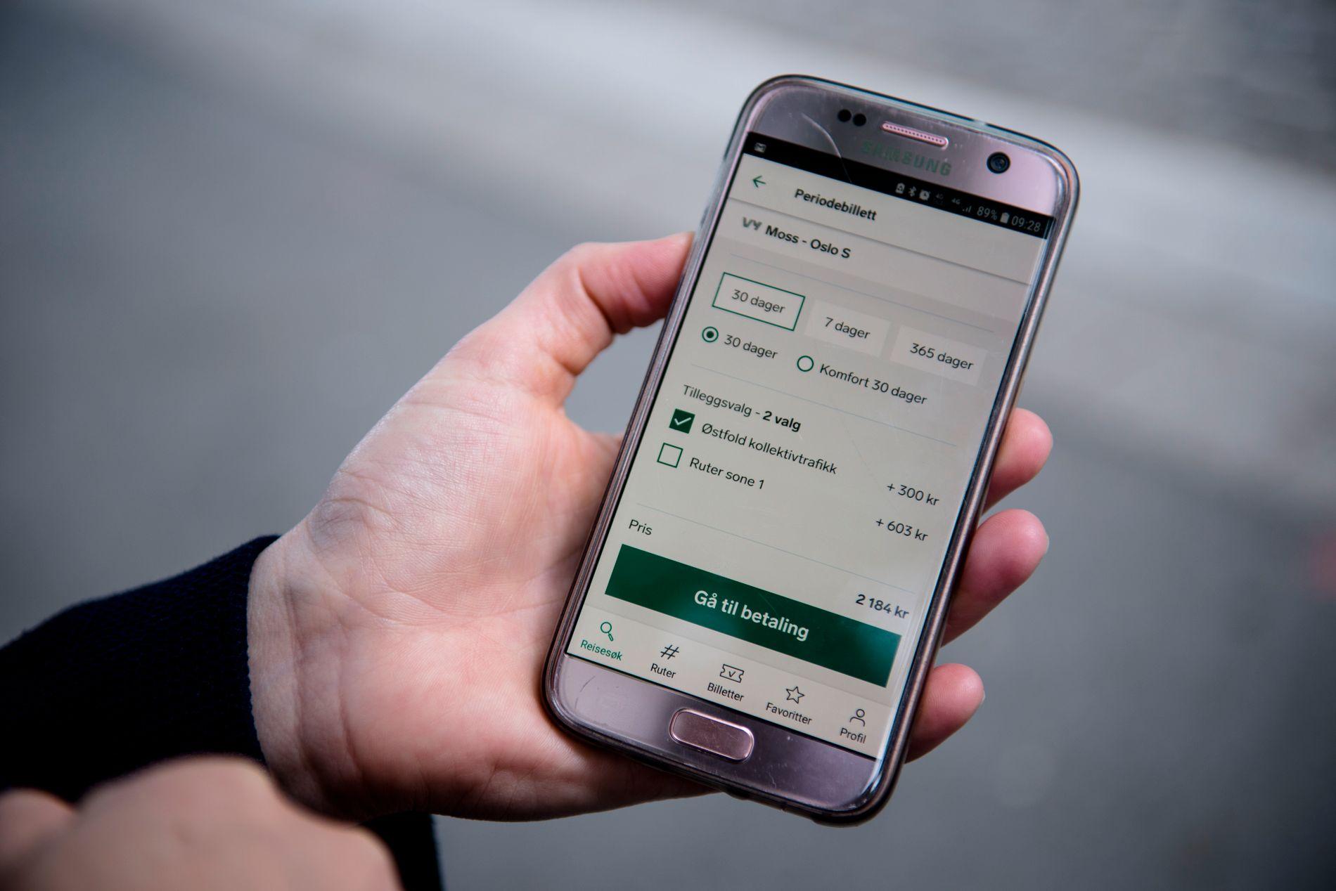 BILLETT I FARTA: I Vy-appen kan du bestille månedsbillett til toget, og huke av for månedsbillett på Østfold kollektivtrafikk i samme slengen. Da koster det bare 300 kroner, mot normalt 700 kroner.