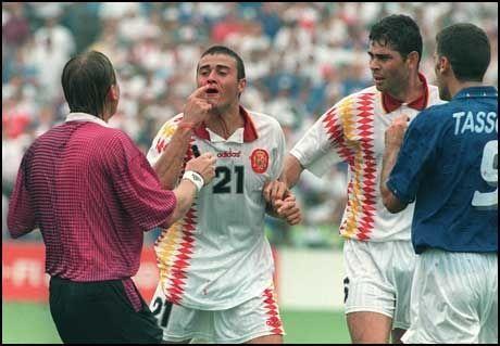 SLÅTT TIL BLODS: Luis Enrique fikk albuen til Mauro Tassotti i nesen. Til høyre Fernano Hierro. Foto: Scanpix
