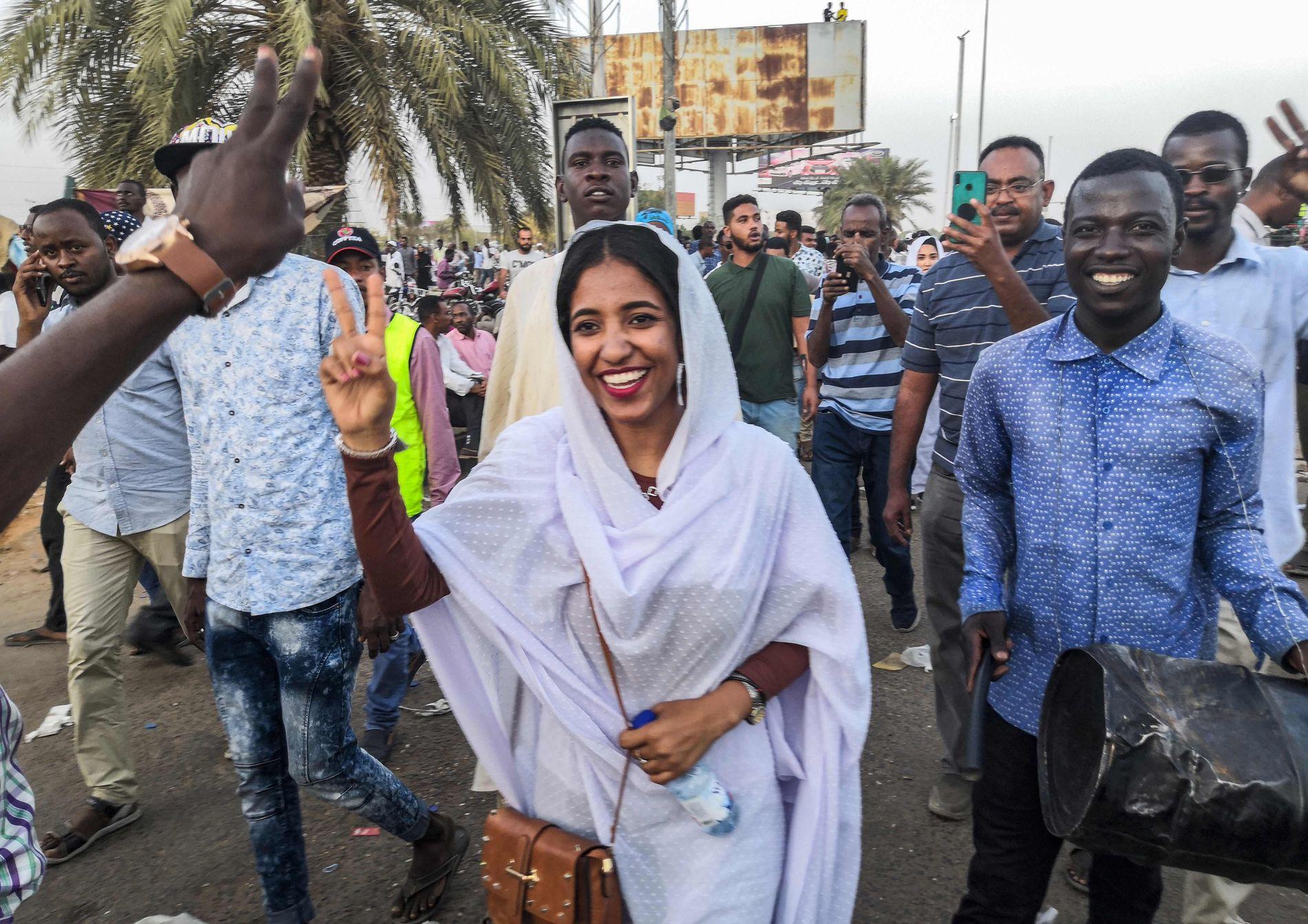 NUBIAN QUEEN: Det ble kallenavnet på Alaa Salah da hun gikk i spissen for de store demonstrasjonene mot president Bashir i april. De førte til presidentens avgang.