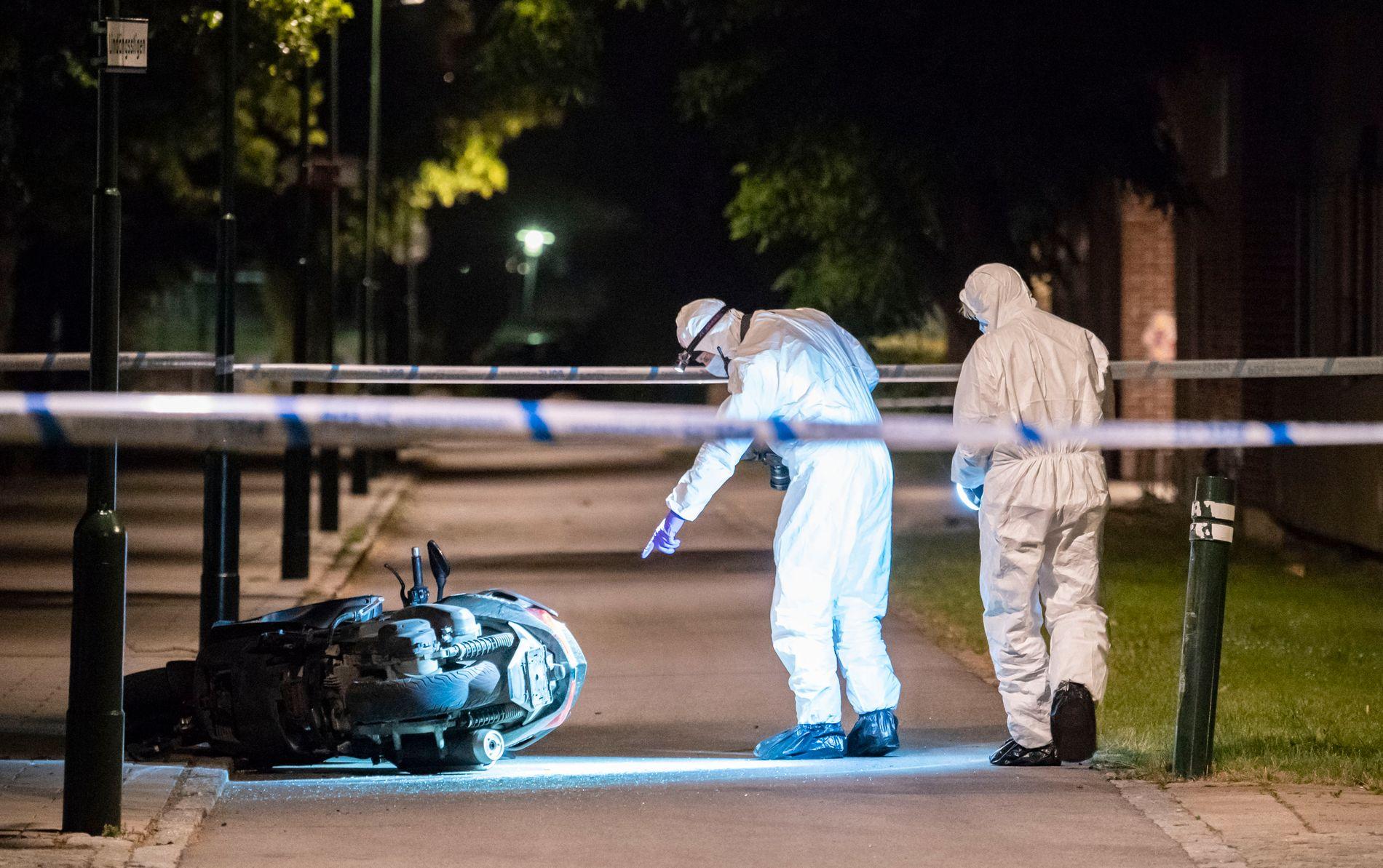 ETTERFORSKER: Politiets krimteknikere undersøkte natt til fredag en moped ved Lindängsplan i Malmö etter at en 24 år gammel mann ble skutt og drept.