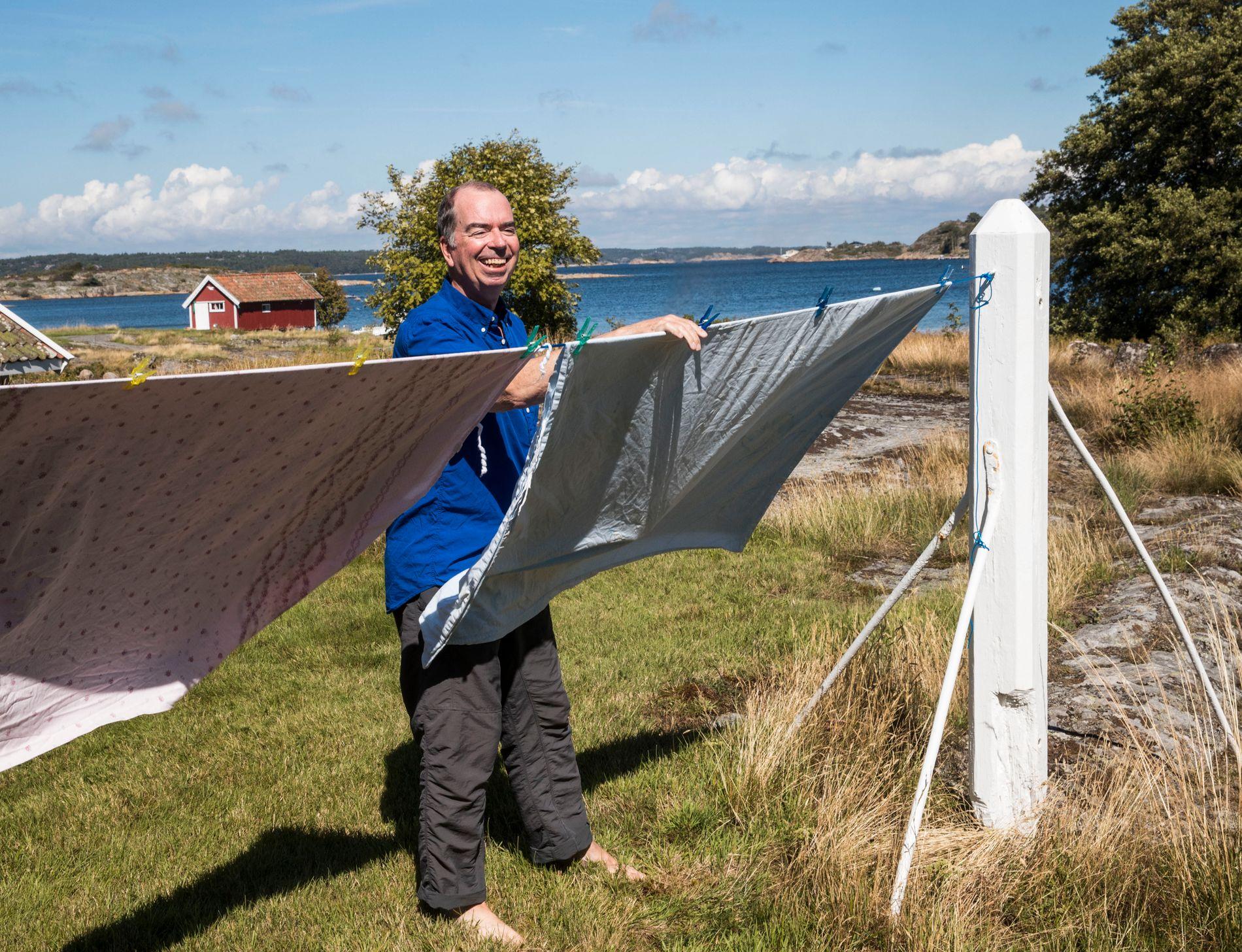 GLISER: Jan KJærstad får terningkast 6 for sin nye roman «Berge» - og han jubler litt mens han henger opp klesvasken. Han er på Herføl for å rydde og ordne opp etter familiesommer på hytta.