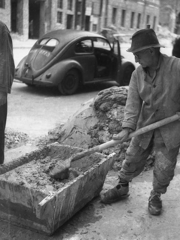 FOLKETS VOGN: Her er en folkevogn fotografert i like etter krigen i Tyskland i 1946.