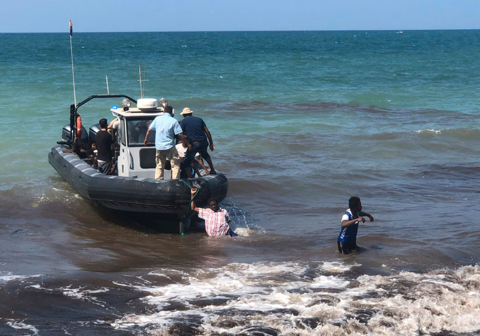 Bildet er tatt forrige onsdag av den italienske kystvakten og viser afrikanske migranter som ble berget fra en ødelagt gummibåt i Middelhavet og brakt i land øst for Libyas hovedstad Tripoli. Foto: Libyan Coast Guard via AP / NTB scanpix