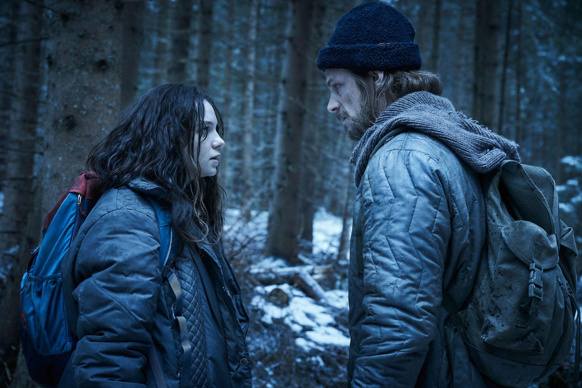 ACTION: Esme Creed-Miles som Hanna og Joel Kinnaman som Erik.
