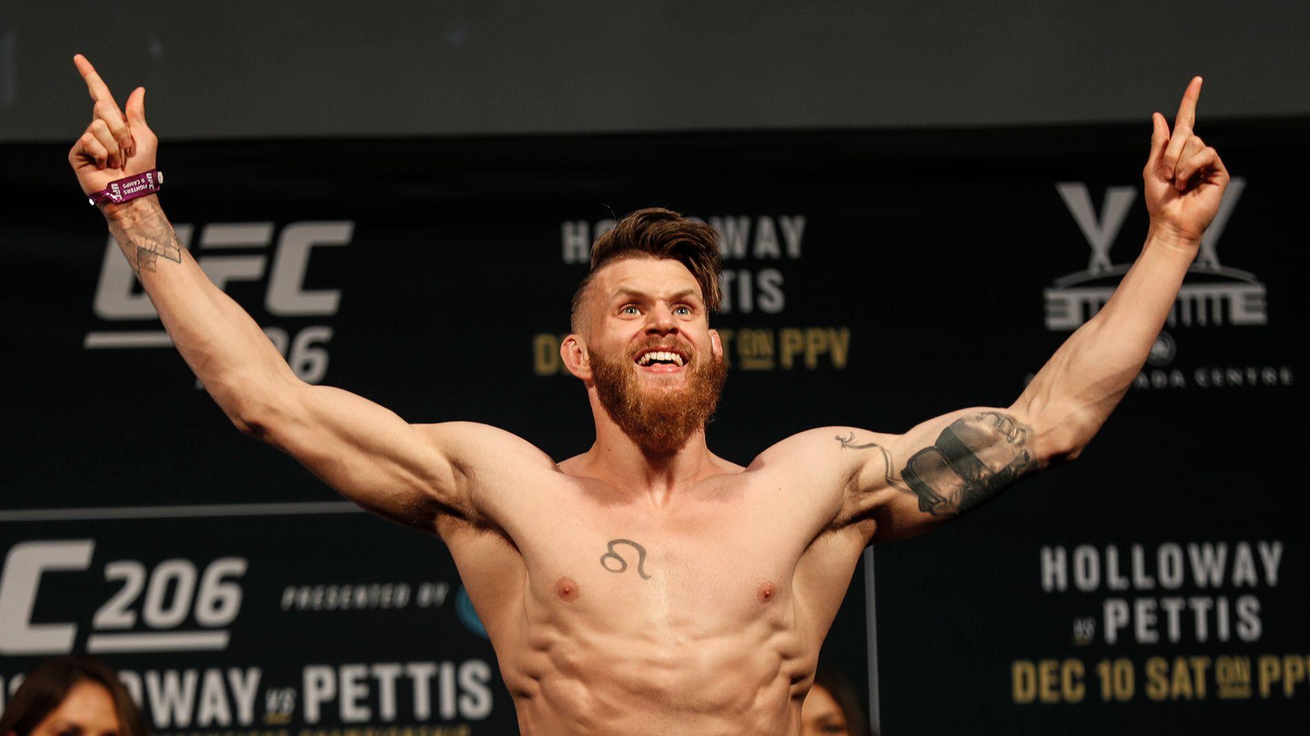 PÅ VEI TILBAKE: Emil Weber Meek, her på innveiingen før UFC-debuten i Toronto, kan omsider trene MMA igjen. Går alt etter planen er han kampklar til høsten.