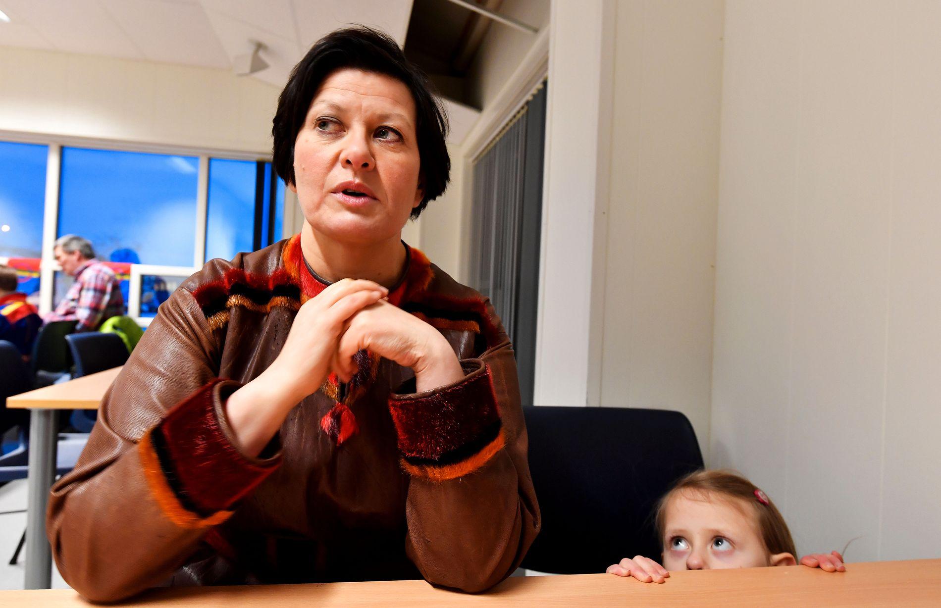 TID TIL MAJA: Helga Pedersen (45) iført samekofte fra Tana gir intervju til VG i kantinen i idrettshallen på Tana bru. Datteren Maja (6) synes nok ikke samtalen er så interessant.