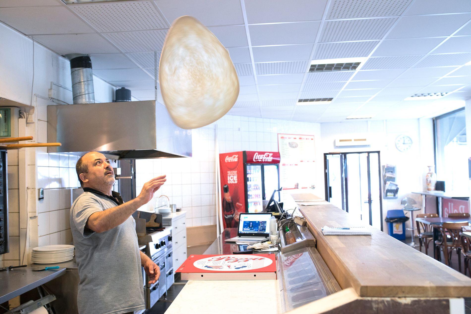 PIZZABYEN: – I en omkrets av 200–300 meter finnes det over 10 kebab og pizzarestauranter – det er mye, forteller Mustafa Akin (56) hos LaBella til VG. På kampdager merker vi at det blir et ekstra trykk i restauranten, forteller Akin.