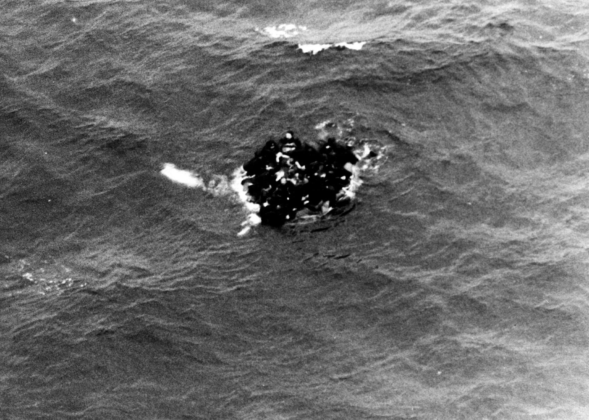 BRANNULYKKE: Ubåten Komsomolets sank sørvest for Bjørnøya 7. april 1989. Her klamrer overlevende mannskap seg til en livbåt.