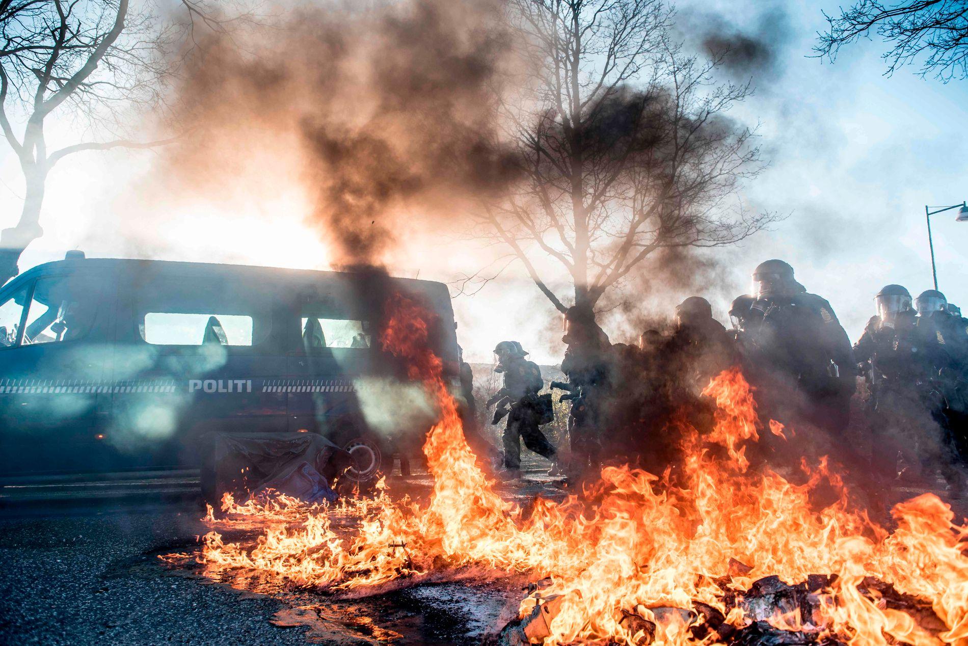 DEMONSTRASJONER: I april ble Rasmus Paludan angrepet under en demonstrasjon. Selv ble han fraktet i sikkerhet, men opptøyer spredde seg til flere steder i København.