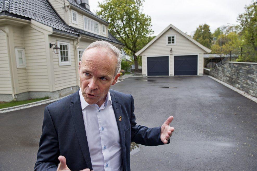 SÅÅ STORT: Kommunalminister Jan Tore Sanner viser fram en ny garasje i Oslo som nå vil slippe søknadsplikt - såvidt under 50 kvadratmeter, og en drøy meter fra tomtegrensen.