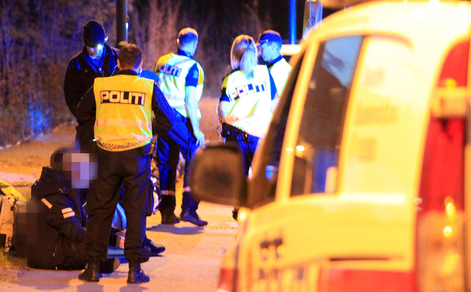 STOPPET RUSSEBUSS: Her kontrollerer politiet bussen som var på vei til landstreffet i Stavanger. Åtte av de om bord ble tatt for besittelse av cannabis.