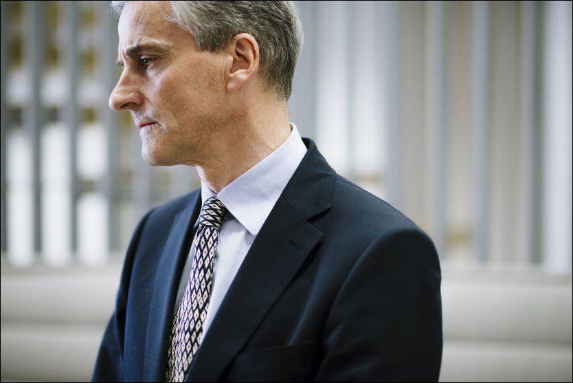TAUS: Helseminister Jonas Gahr Støre vil ikke kommentere advarslene mot å spise oppdrettslaks, og henviser til Mattilsynet. Foto: Kristian Helgesen