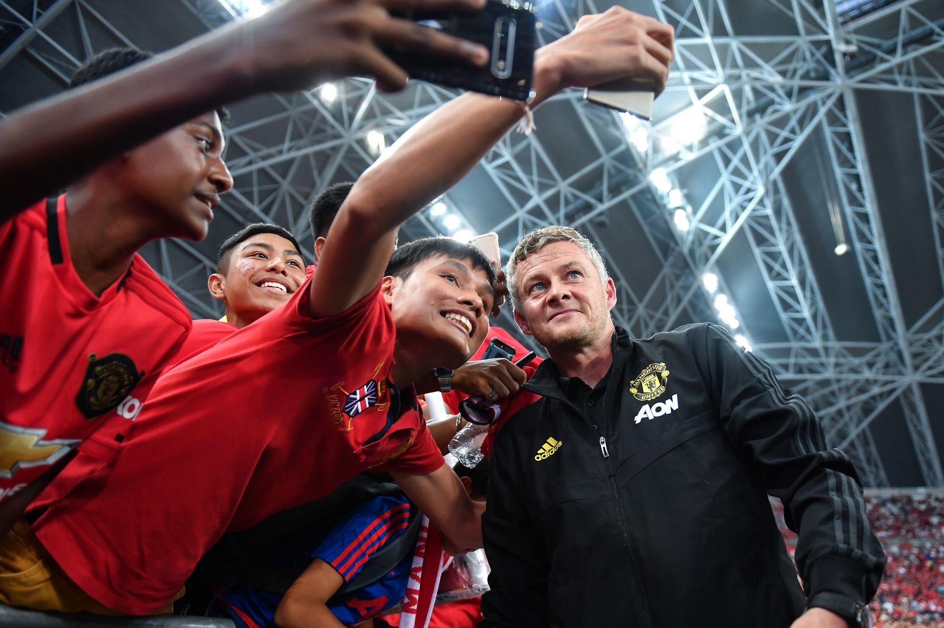 POPULÆR: Ole Gunnar Solskjær stilte til selfies med fansen i Singapore tidligere i sommer.
