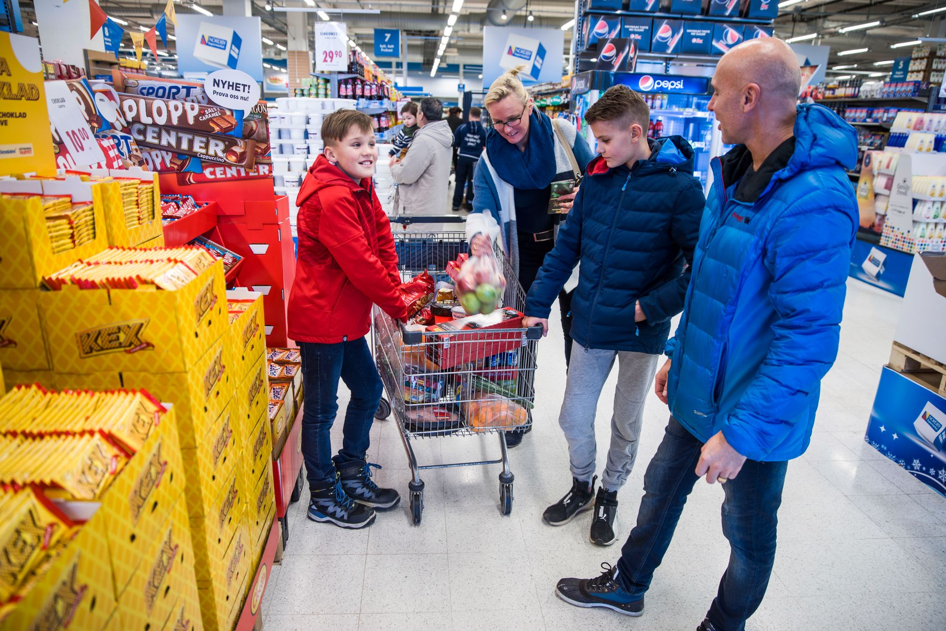 UT PÅ TUR: Markus Pedersen (f.v.) sammen med sin mor Sara Pedersen, sin bror Jesper Pedersen og pappa Kenneth på handletur ved Nordby Supermarked i Strømstad.