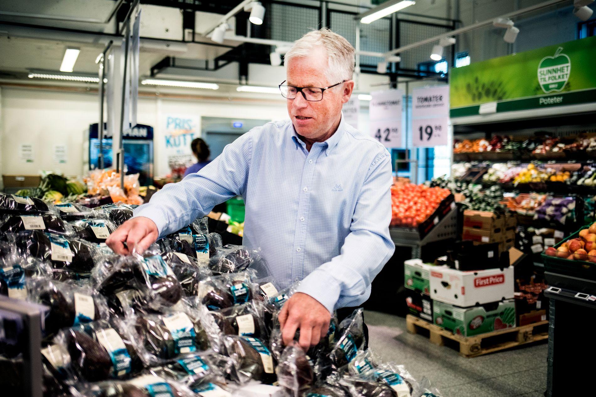INN MED PAPP: Norske dagligvarebutikker kommer til å fjerne hundrevis av tonn plast fra frukt- og grønt-diskene. Bare nye begre under avokadoene vil fjerne 30 tonn plast hos KIWI, forteller KIWI-sjef Jan Paul Bjørkøy.