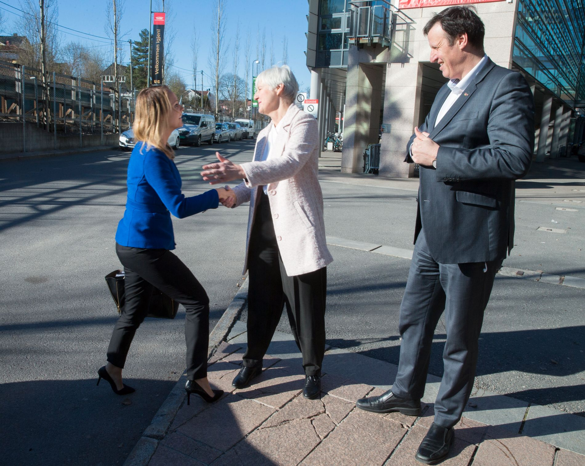 HUND OG KATT: Tonen mellom kulturminister Linda Hofstad Helleland (H, til venstre) og idrettspresident Tom Tvedt (til høyre) er alt annet enn gemyttlig. Her er de sammen med antidopingsjef Valgerd Svarstad Haugland under et seminar i Oslo i 2016. Haugland var kulturminister da Kjell O. Kran i 2004 måtte gå av som følge av blodrøde NIF-tall.