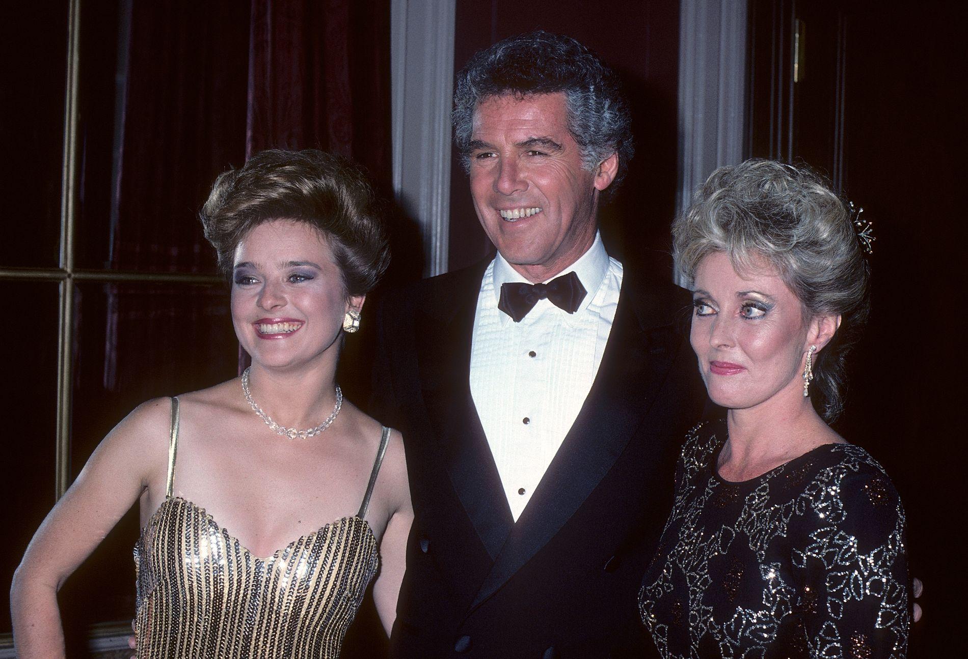 SKUESPILLERVETERAN: Jed Allan på Emmy Awards i 1986, omgitt av Robin Mattson (t.v.) og Judith McConnell.