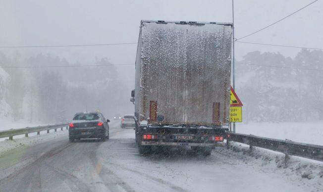 KAOS: Kraftig vind og nedbør skaper stengte fjelloverganger i Sør-Norge.