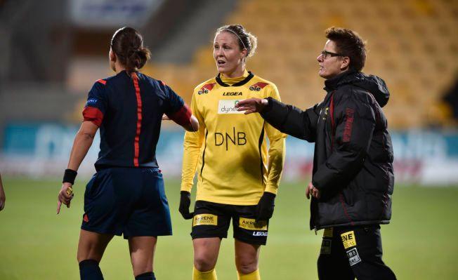 FORTVILET: LSKs Isabell Herlovsen (i midten) snakker med dommeren og trener Monica Knudsen etter kampslutt.