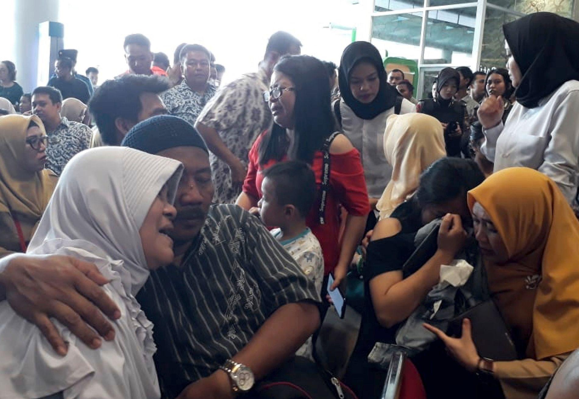 FRYKTER: Pårørende til passasjerene venter på nyheter på Depati Amir-flyplassen in Pangkal Pinang mandag.