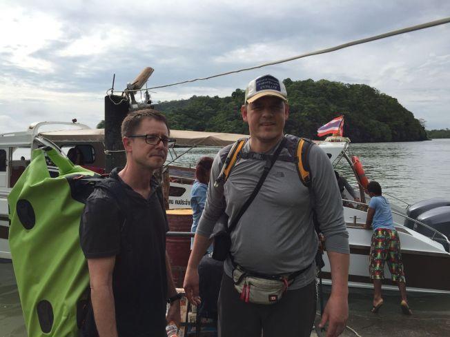 TI DAGER: Steve Gumaer og Øyvind Løvrød  i Partners Norge avbildet på deres ti dager lange tur for å hjelpe rohingya-flyktninger. Foto: Partners Norge.