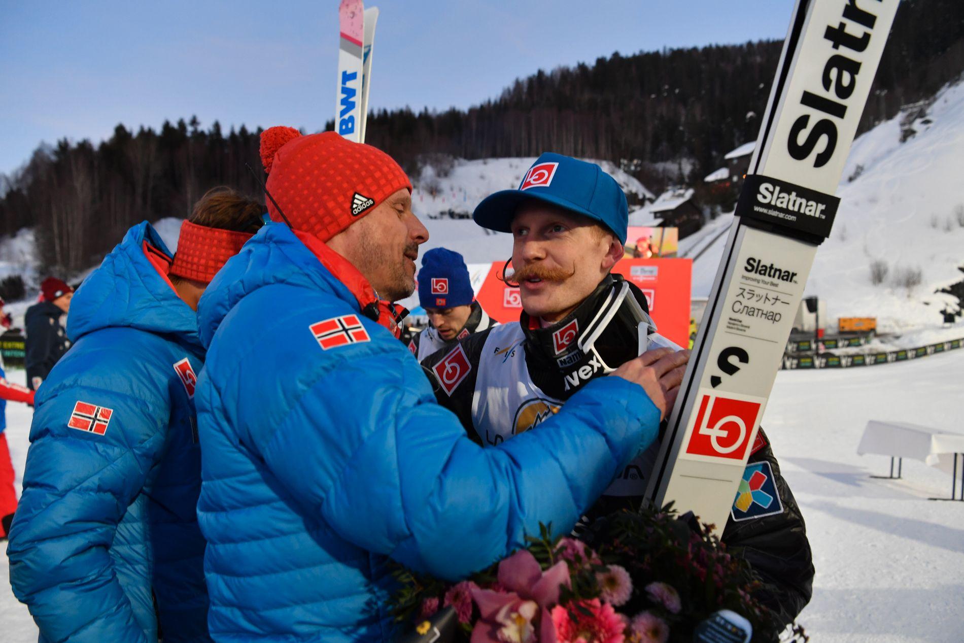 TRIUMF: To lykkelige menn på sletta i Vikersund for en uke siden: Alexander Stöckl og vinner Robert Johansson.