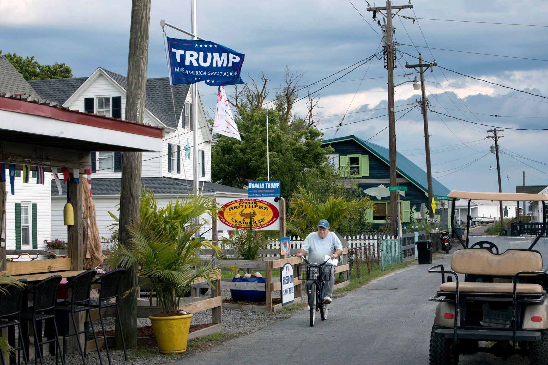 LITE STED: Tangier Island har knapt biler. Golfbiler, sykler og scootere er det derimot mange av. Presidenten er populær og utenfor Four Brothers Crabhouse henger et Donald Trump-flagg.