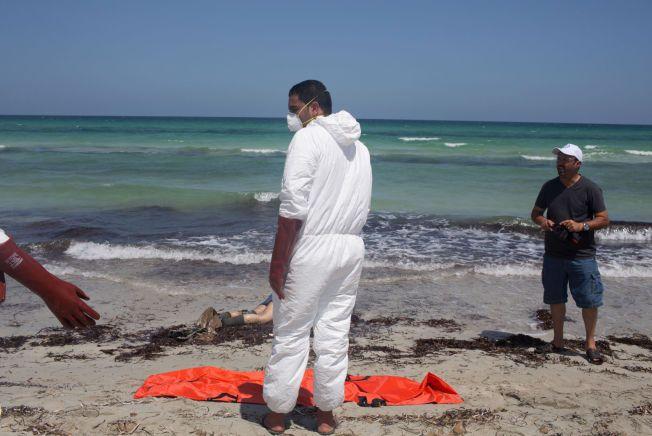 TRAGEDIE: Dette er en av de tragiske scenene den lokale fotografen Mohamed Ben Khalifa så da han kom til stranden i Zuwara fredag morgen.