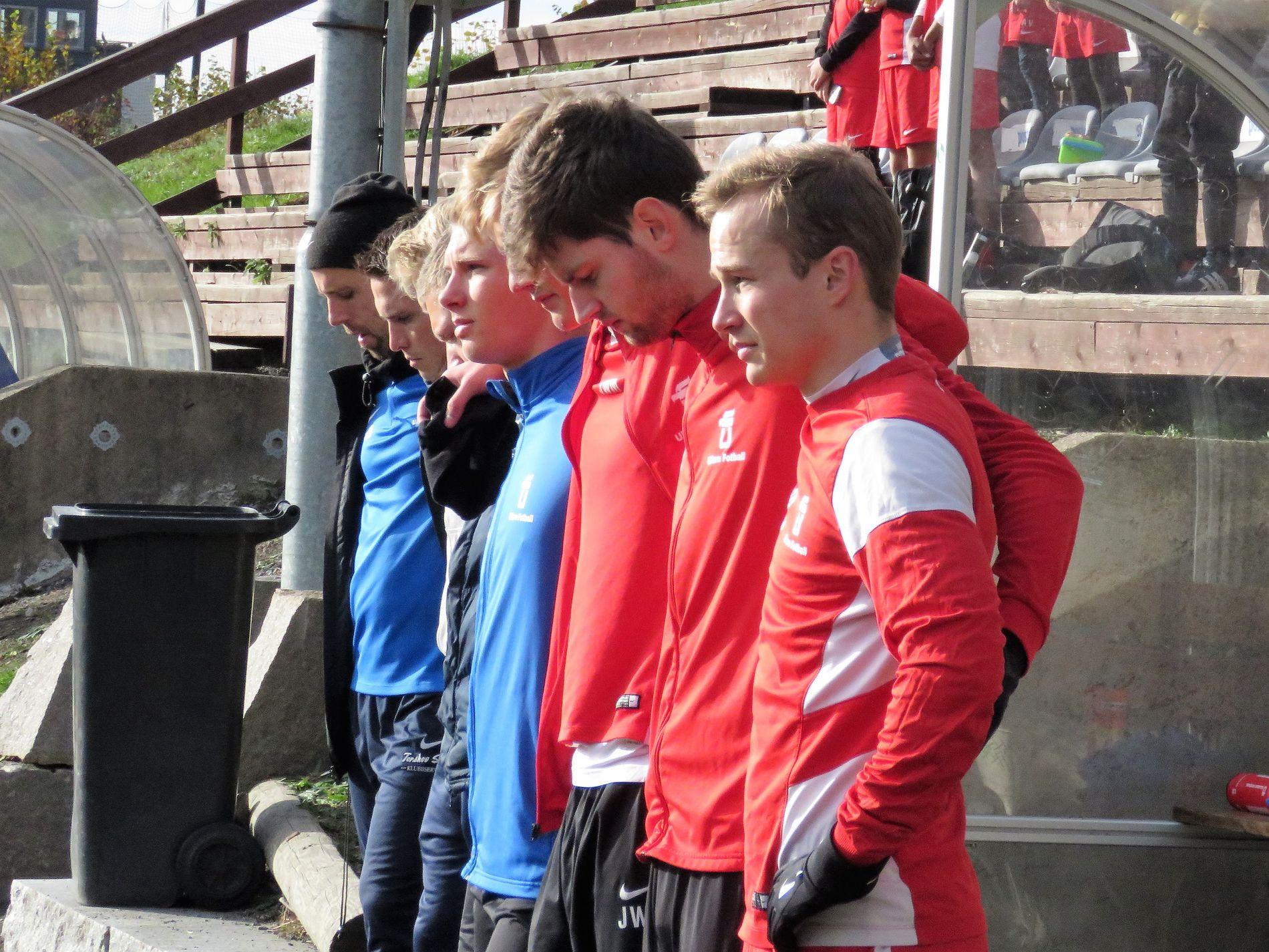 PREGET: Ullern IL har ett minutts stillhet for Heikki Bjørklund Paltto, før en kamp lørdag ettermiddag. Flere med tilknytning til laget var nære venner av Paltto.